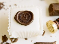 chocolate-seal-monogram-petit-four